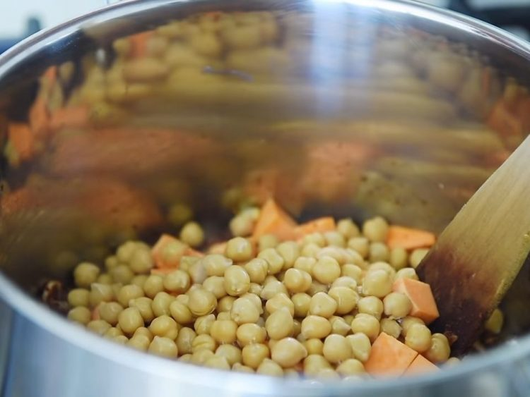 Ilustrasi Memasak Kacang Arab